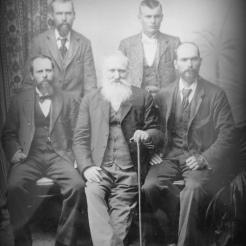 Johan Christiaan FOWLER en sy vier seuns circa 1898. Voor vlnr Thomas Johannes [1859-1938] Johan Christiaan [1831-1900] Adam Marthinus [1863-1943]. Agter vlnr Adriaan Hendricus [1871-1907] Johan 'Jan' Christiaan [1878-1947]
